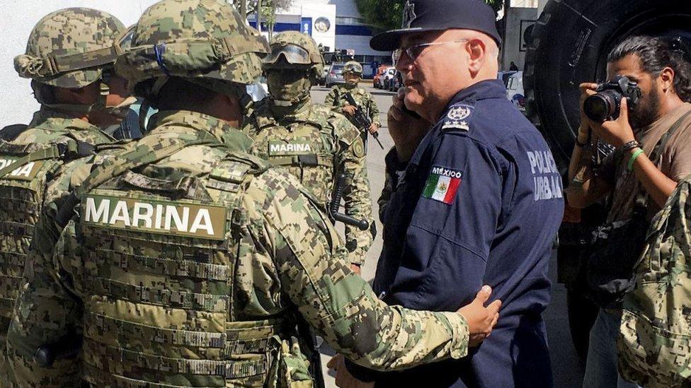 Miembros de la Marina cuando hablaban con el secretario de la Secretaría de Seguridad de Acapulco, Max Lorenzo Sedano.