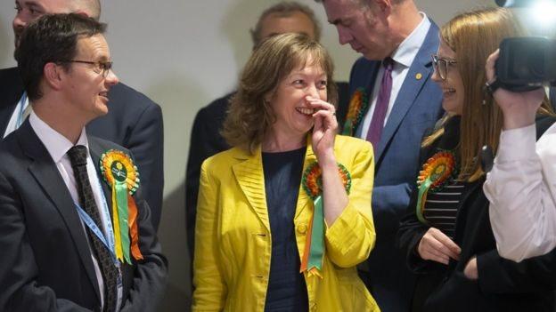 Jill Evans yn dathlu cael ei hail-ethol yn ASE