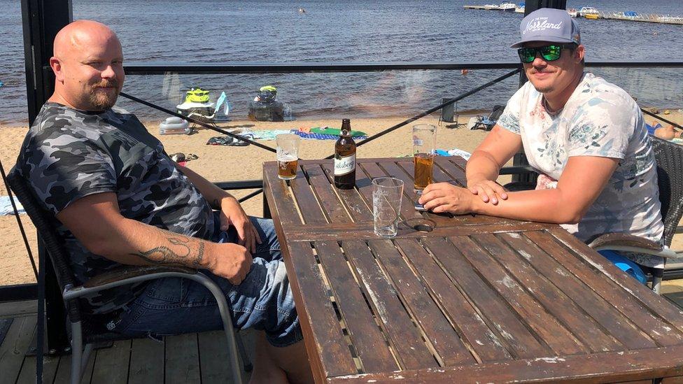 Suecos bebendo ao ar livre