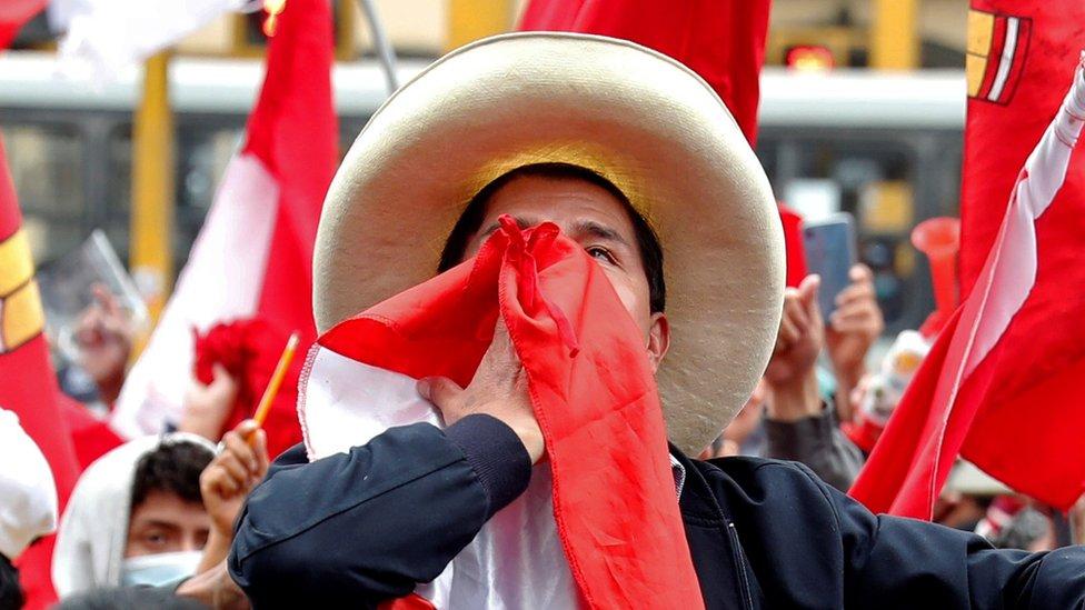 Pedro Castillo entre seguidores