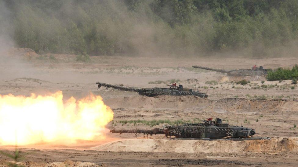 دبابات تطلق النيران في تدريبات عسكرية لحلف شمال الأطلسي (ناتو)