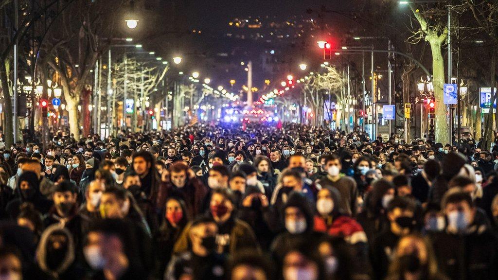 Numerosos manifestantes marchan por una calle de Barcelona.