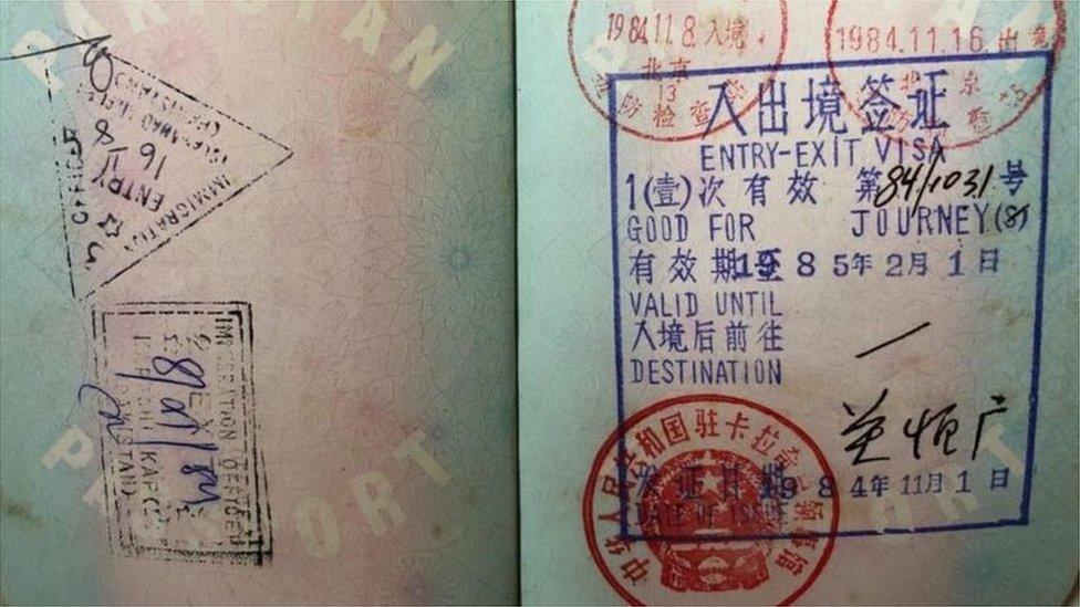 蓋有中國紅色簽證的護照頁