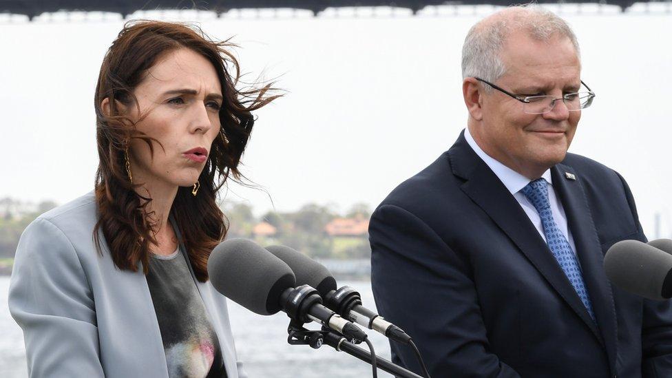 新西蘭總理阿德恩(左)與澳大利亞總理莫里森(右)在悉尼海軍樓會見媒體記者(28/2/2020)