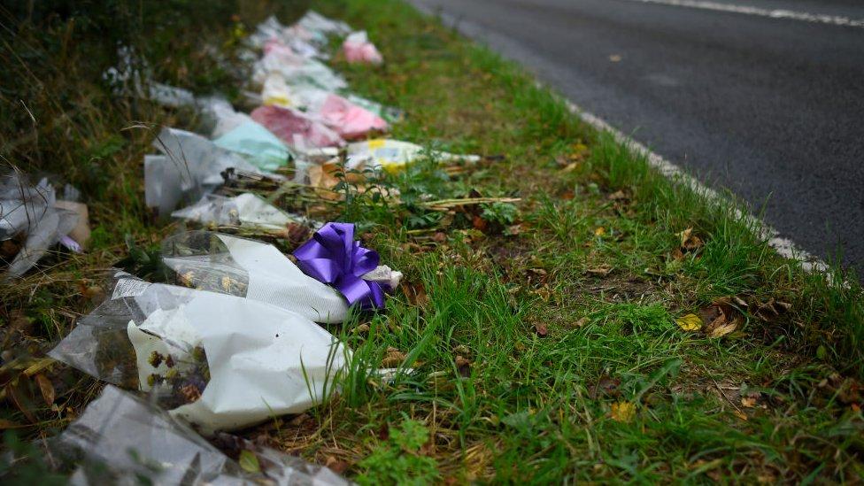 Fotos en la carretera donde murió Harry Dunn