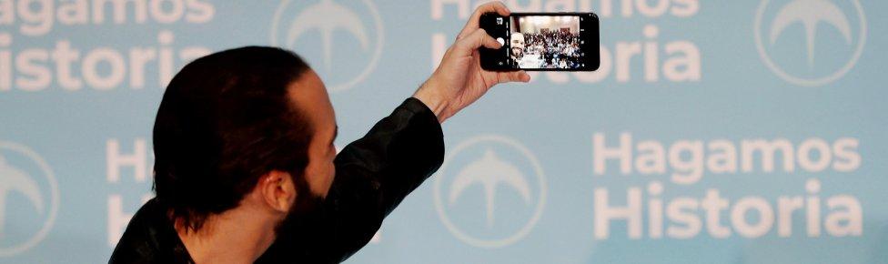 نجيب بوكيله أثناء اجتماعه مع مؤيديه يلتقط صورة سيلفي