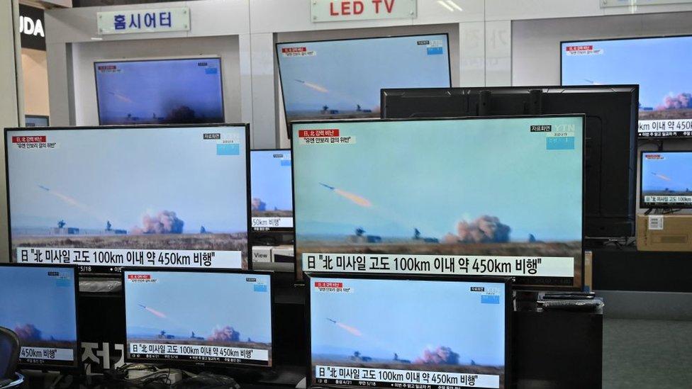 Las televisoras en Corea del Sur mostraban imágenes de lanzamientos previos de misiles balísticos por parte de Pyongyang,