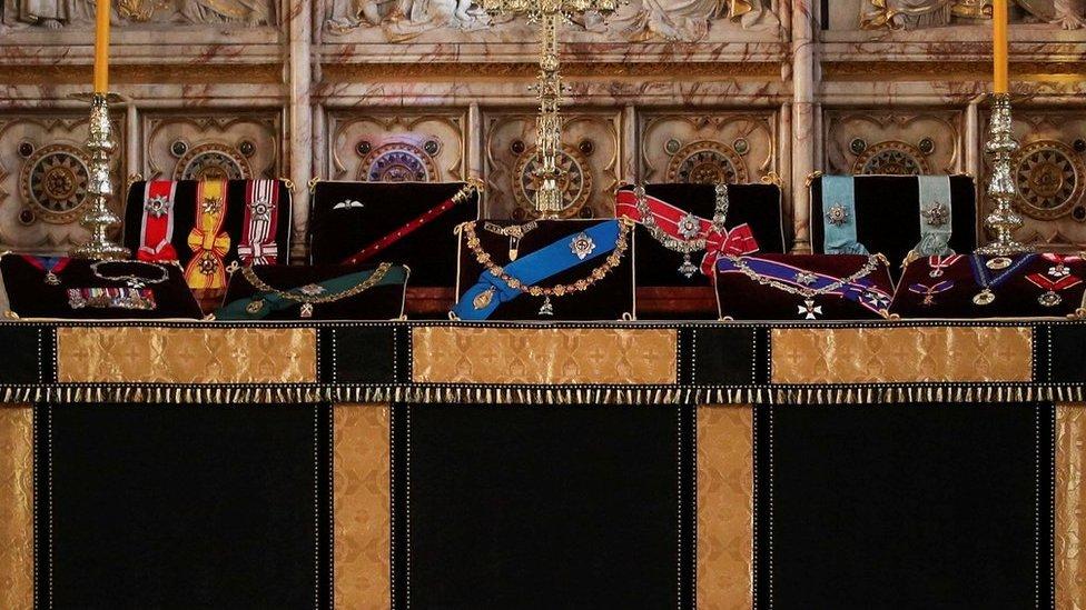 公爵的徽章在聖喬治教堂的祭壇上陳列。