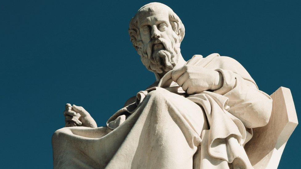 Estatua de Platón en Atenas