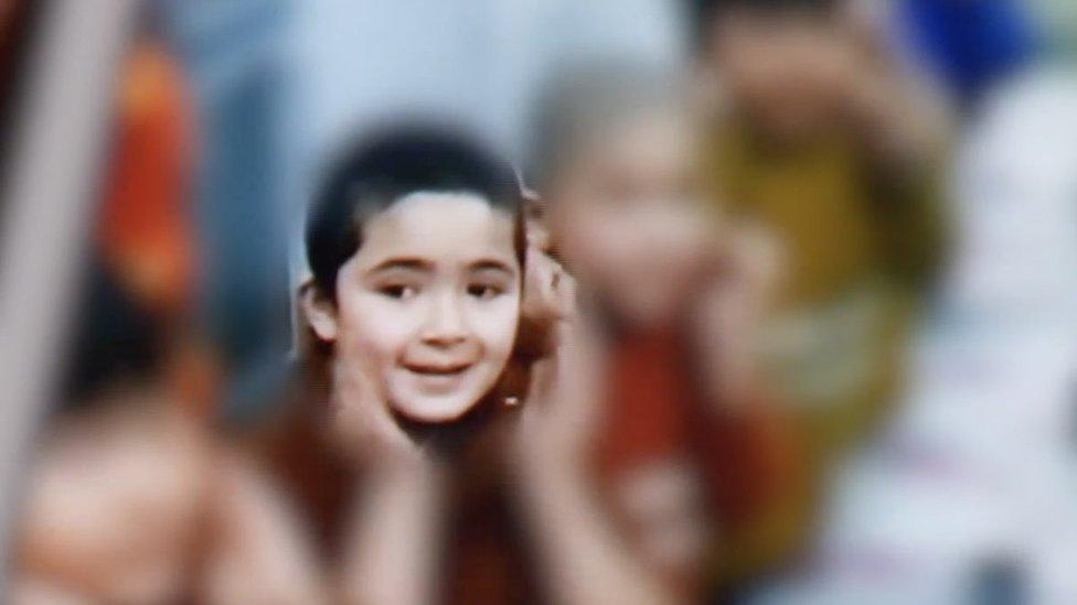 阿伊塞出現在一段視頻中,和一群孩子一起在一名老師的帶領下玩遊戲。