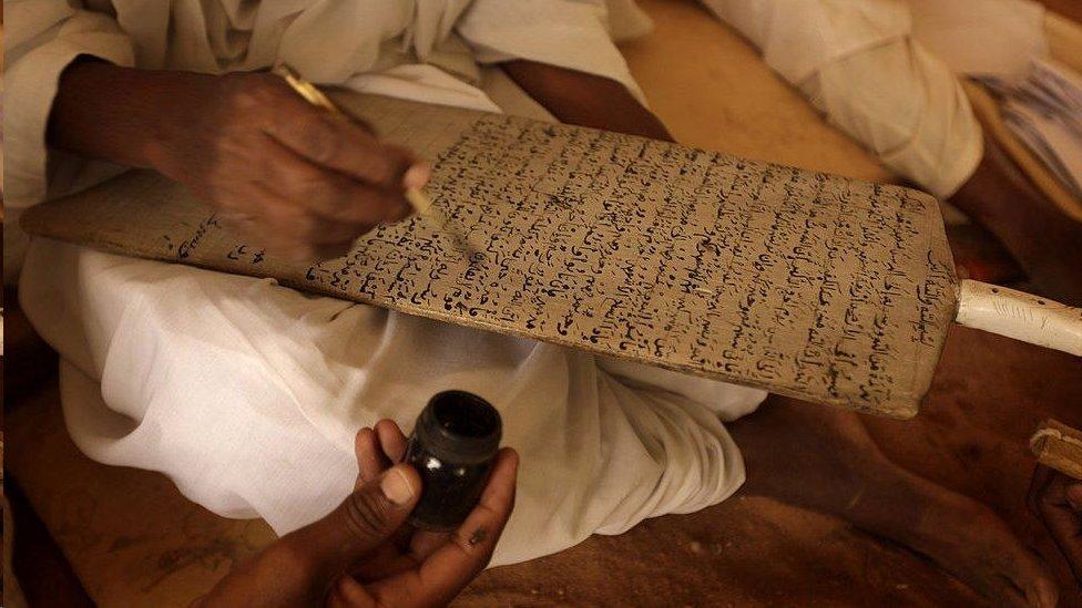 كان صديق قد درس القرآن على ألواح مثل هذه حيث كُتبت الآيات بخط اليد