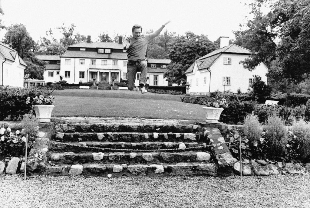 Olof Palme haciendo ejercicio en el jardín de su casa, en septiembre de 1973.
