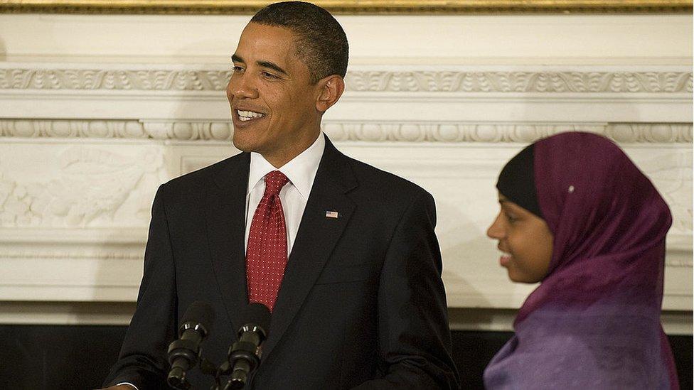 Barack Obama con Bilquis Abdul-Qaadir, jugadora de baloncesto de la Universidad de Memphis, durante un discurso en el que destacó las contribuciones a la sociedad estadounidense de los musulmanes. 1 de septiembre de 2009