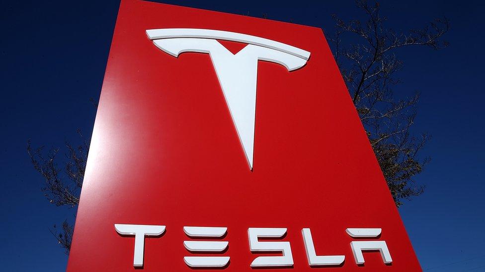 Tesla combina dos sectores en los que Denholm tiene experiencia: automóviles y nuevas tecnologías.