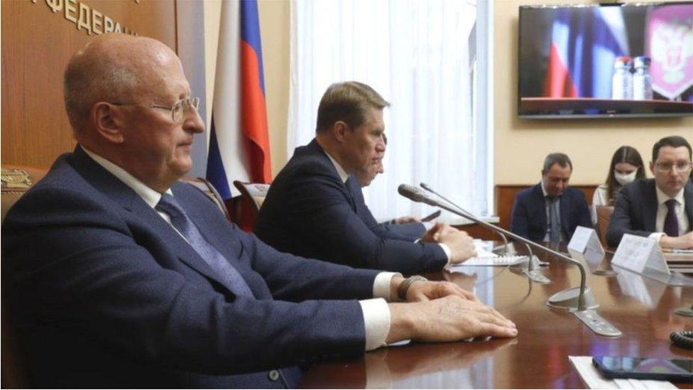 انتقد وزير الصحة الروسي (يسار) الشكوك واسعة النطاق بشأن اللقاح