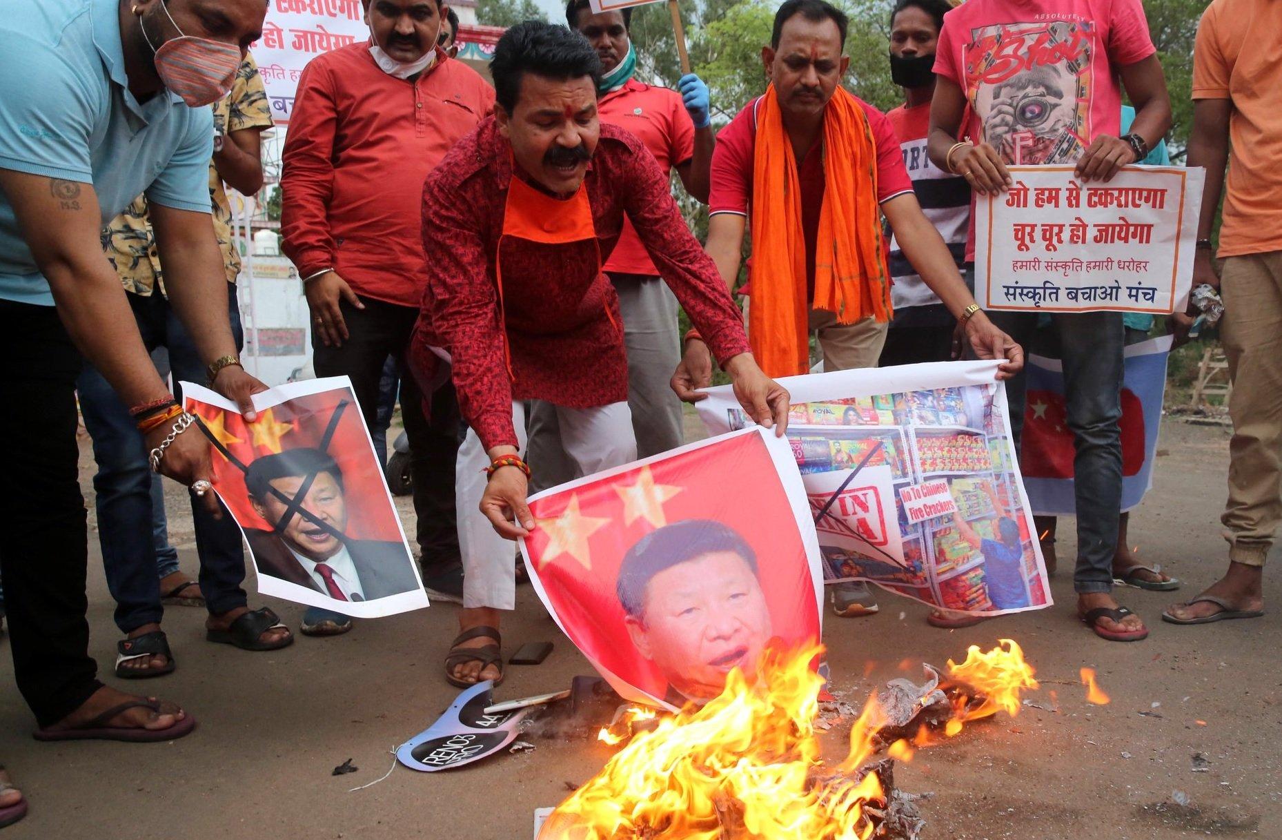 在印度博帕爾,有反中示威者高叫口號,並焚燒中國國家主席習近平的海報。