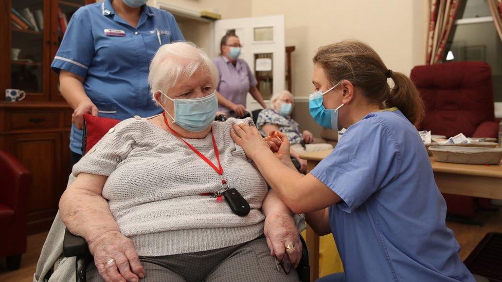 ممرضة تحقن امرأة مسنة