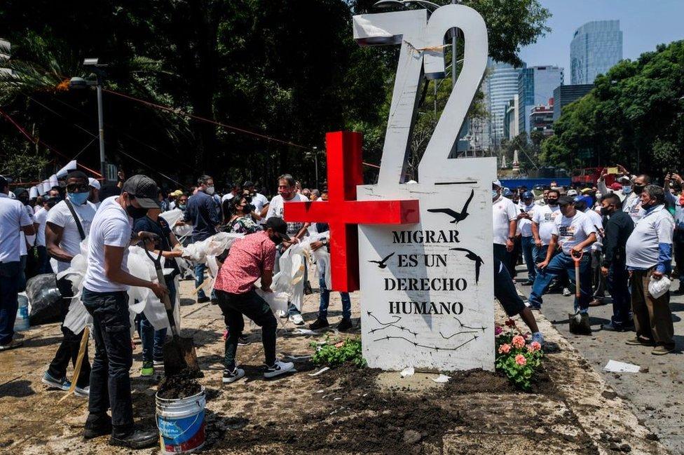 Antimonumento de la masacre de 72 migrantes en Tamaulipas.