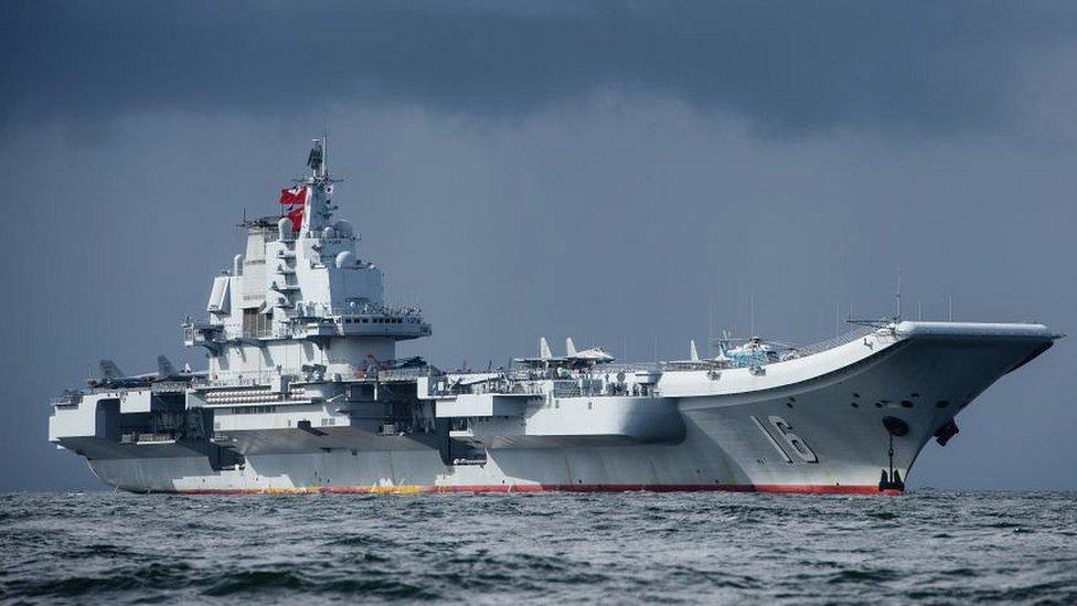Pekín planea contar con 4 grupos de combate encabezados por portaaviones como el Liaoning, en la imagen.