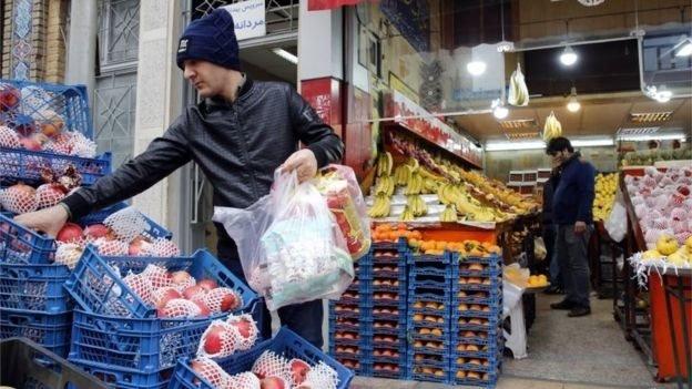 مواطنون يشترون الفاكهة