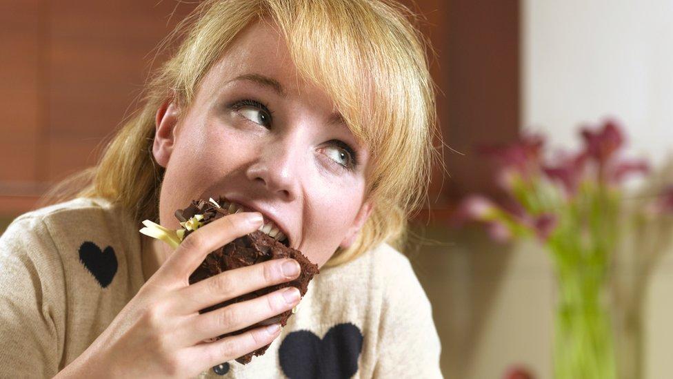 Mujer comiendo torta chocolate