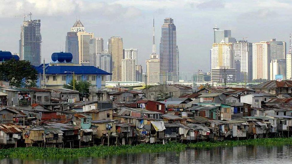 Contraste entre un barrio rico y un barrio pobre.