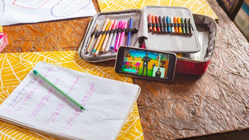 Materiales escolares en una mesa