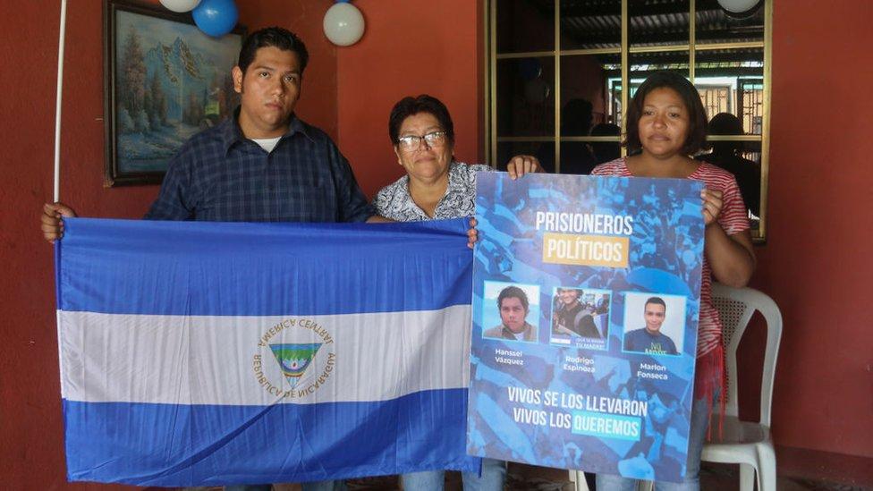 Hansell Vásquez, uno de los presos liberados este lunes, junto a sus familiares.