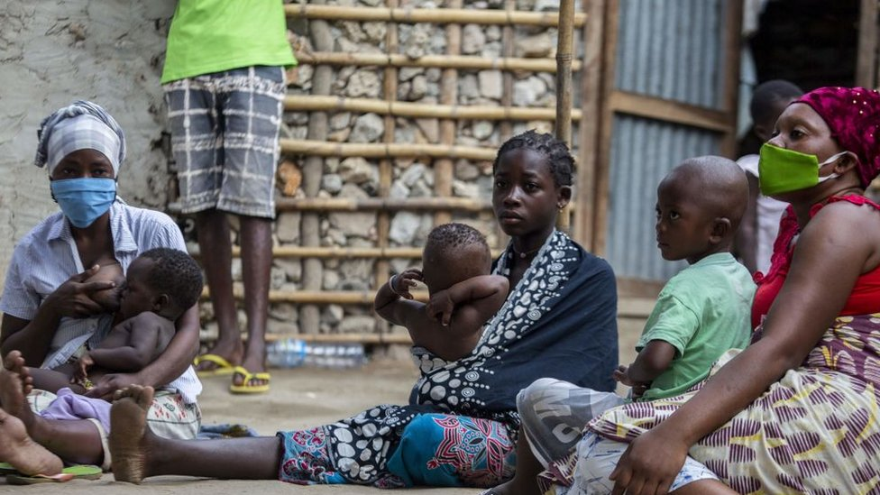 Mujeres desplazadas en Mozambique con sus hijos