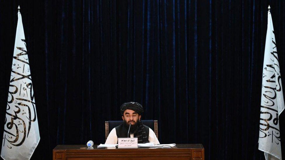 المتحدث باسم طالبان ذبيح الله مجاهد معلنا عن الحكومة الأفغانية الجديدة، في 7 سبتمبر/أيلول 2021