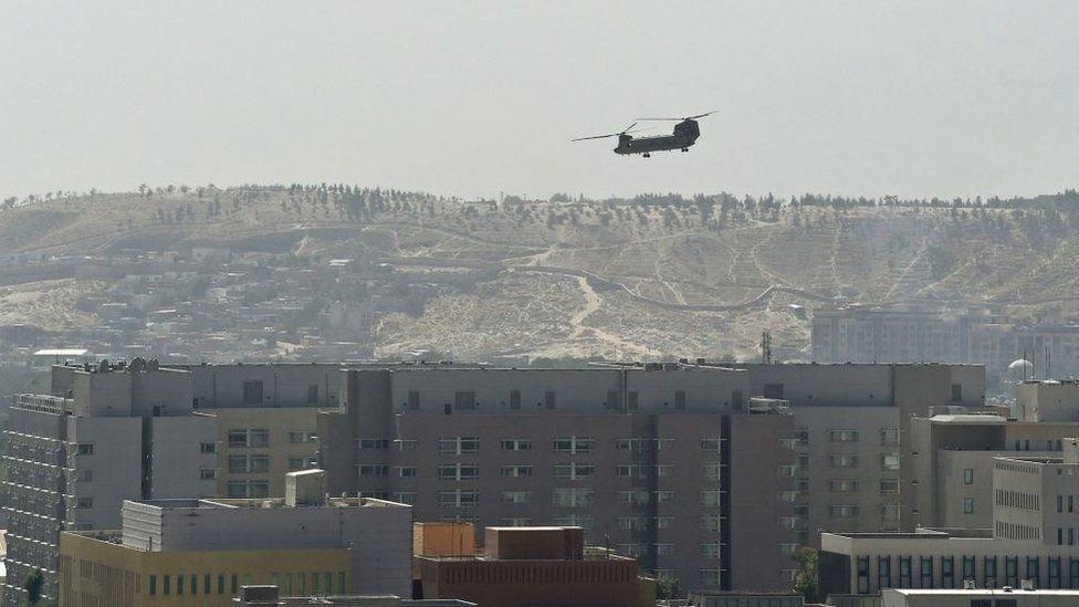Kabil'deki ABD büyükelçilik binası üzerinde dolaşan helikopter