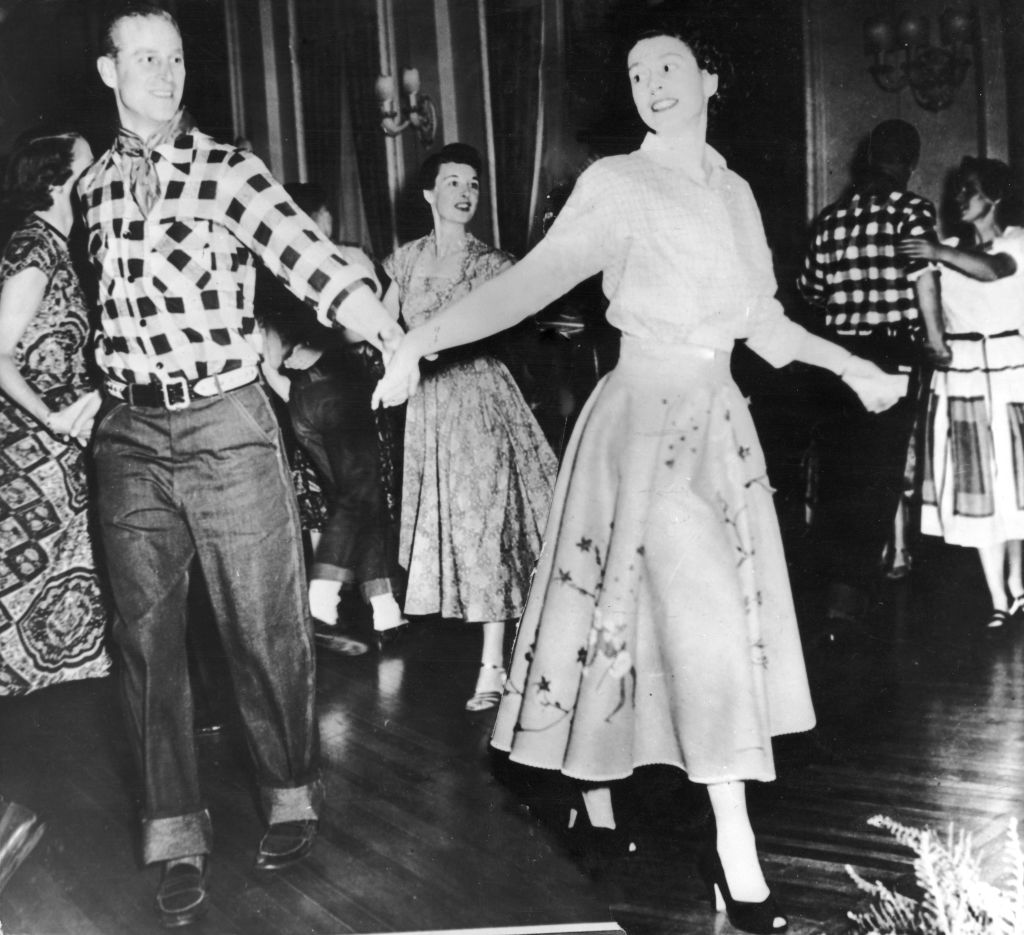 La princesa Isabel y el duque de Edimburgo bailando durante una visita en Canadá en 1951.