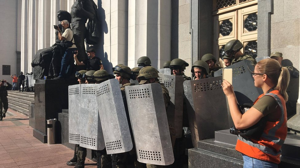 Сутички за іноземних добровольців під Радою: поранили поліцейського