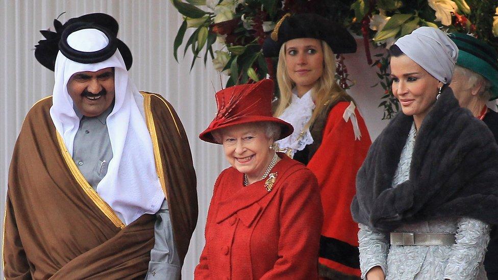 حضر الأمير السابق حمد بن خليفة آل ثاني وزوجته الشيخة موزة بنت ناصر العديد من الفعاليات مع الملكة