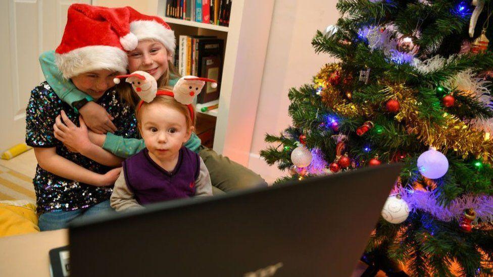 Caso tenha familiares com quem deseja falar no Natal, combine de fazer uma videochamada com eles, por exemplo