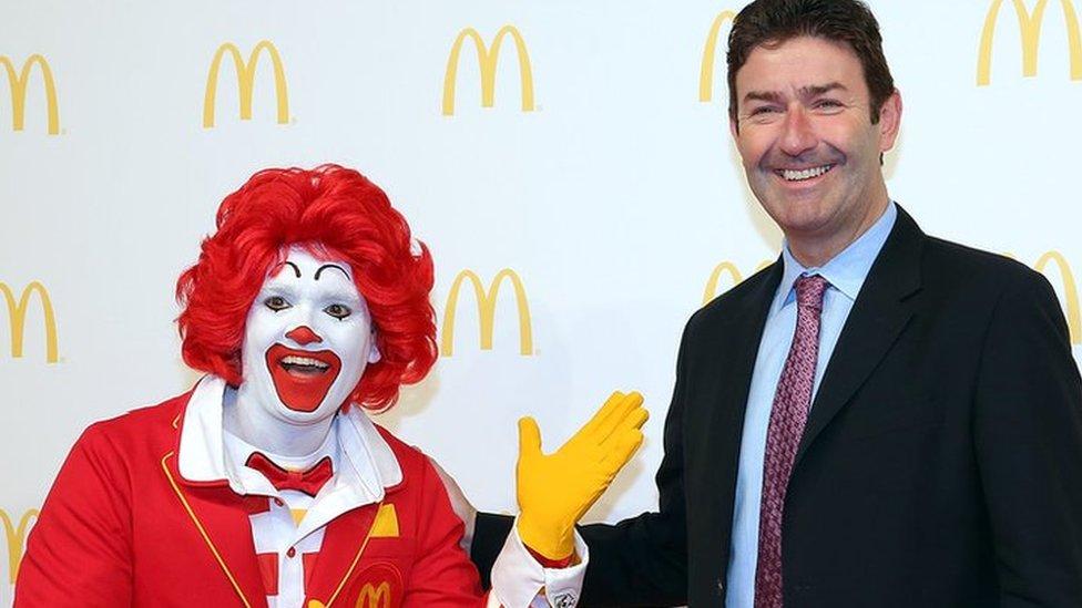Steve Easterbrook con Ronald McDonald.