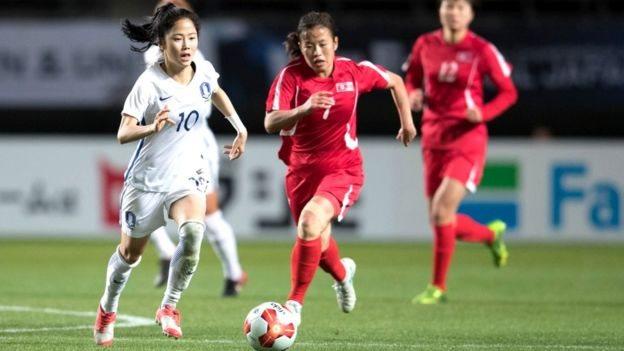 لاعبات من كوريا الشمالية وكوريا الجنوبية أثناء مباراة