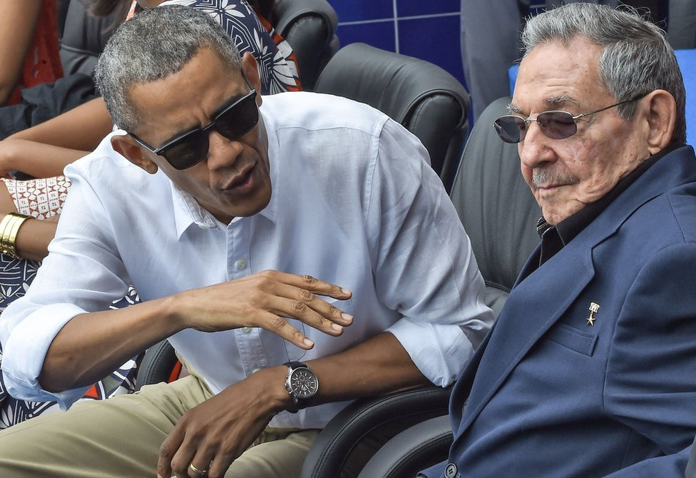 El presidente de Estados Unidos, Barack Obama, habla junto a Raúl Castro durante un partido de exhibición entre los Tampa Bays y Rays y el equipo nacional de Cuba en el estadio Latinoamericano de La Habana el 22 de marzo de 2016.