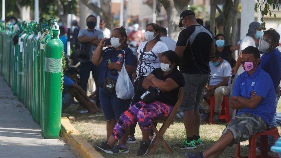 Peruanos aguardando reabastecimento de cilindros oxigênio em Lima