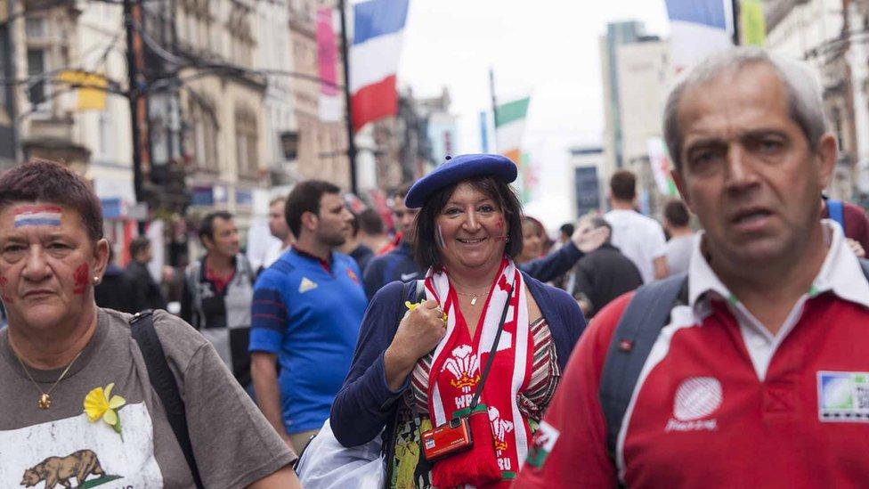 Ydi'r wraig hon am weld Cymru v Ffrainc yn y ffeinal?