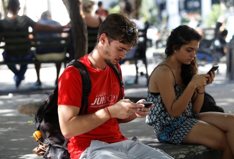 Los cubanos se conectan a internet en espacios públicos.