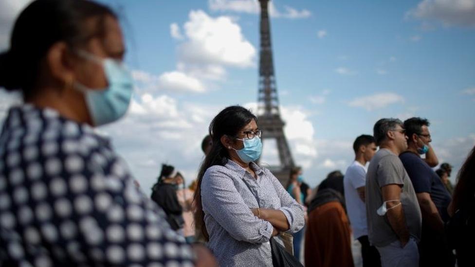 Pessoas usando máscaras em Paris