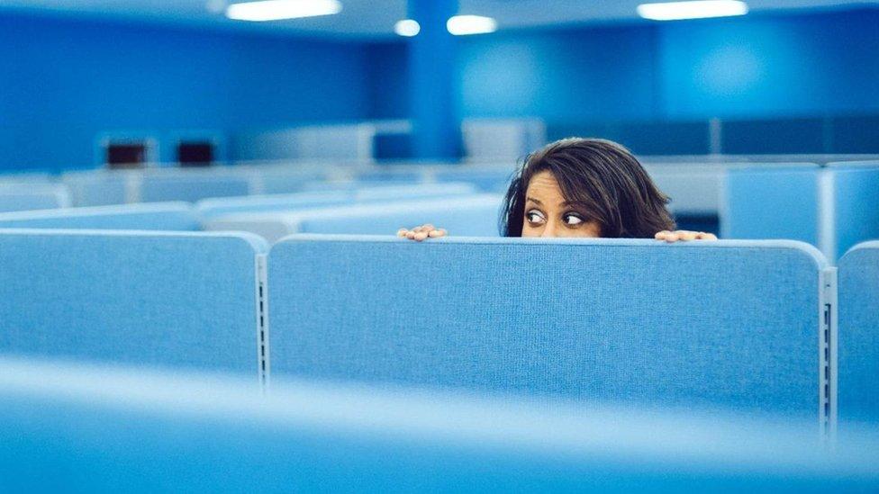 Mujer espiando