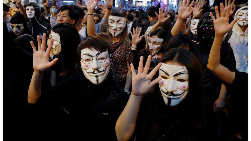 萬聖節演變成示威,警方封鎖蘭桂芳,酒吧生意大受影響。
