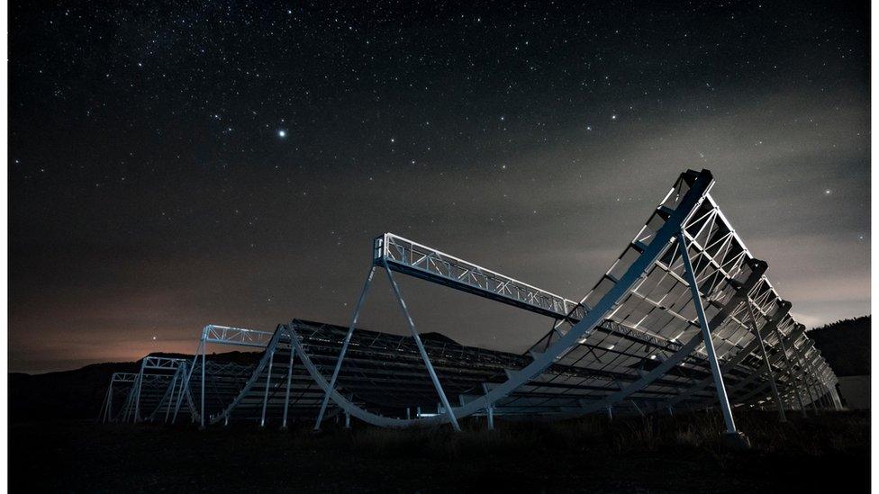 El telescopio Chime observa el cielo en la provincia canadiense de Columbia Británica.