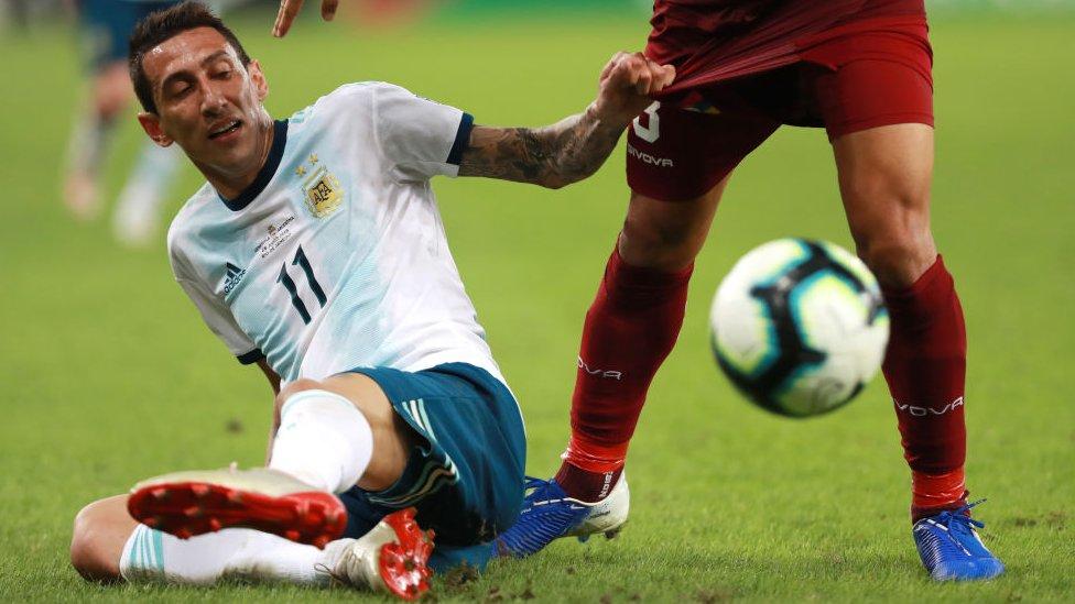 Ángel di María jugando fútbol