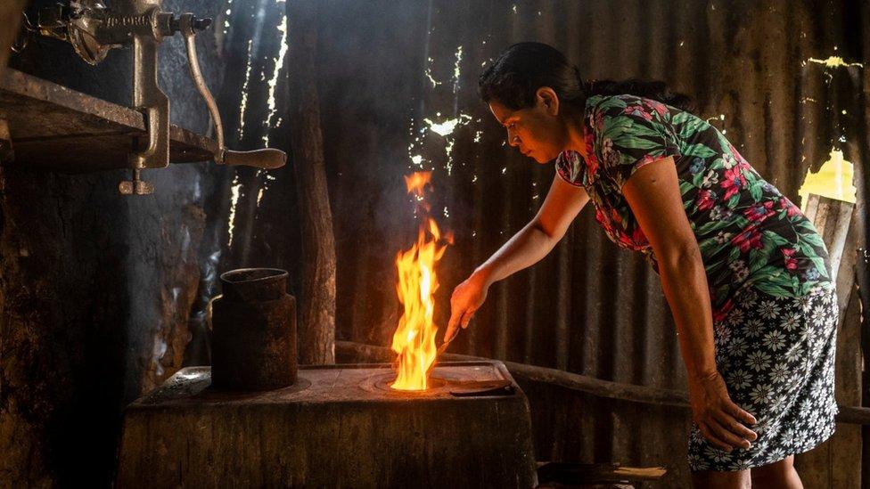 Mujer cocinando en Guatemala