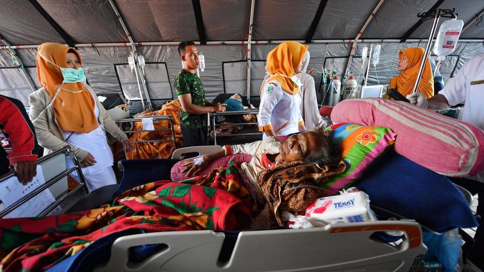 مصابون يتلقون العلاج في مستشفيات مؤقتة