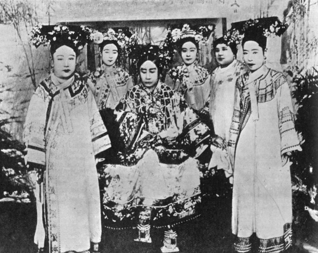 La emperatriz viuda Longyu (primera a la derecha) en una foto con la emperatriz viuda Cixi (Tzu-hsi, 1835 - 1908, centro) y las damas de la corte, de alrededor de 1904.