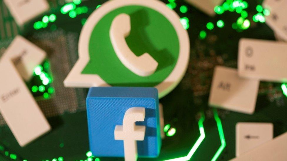 Ícones do WhatsApp e do Facebook em 3D